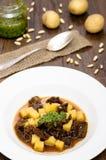 Pesto, tomates et pommes de terre dans une soupe Photo libre de droits