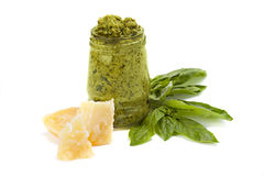 Pesto verde no vidro com parte de queijo e de folha da manjericão Fotografia de Stock Royalty Free