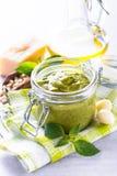 Pestosaus in glaskruik en ingrediënten Royalty-vrije Stock Foto