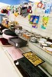 Προμήθειες της Pet: Πρόχειρα φαγητά, παιχνίδια, κρεβάτια, και κύπελλα Στοκ Εικόνες