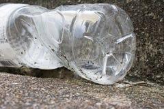 Νερού σαφή απορρίμματα κουμπιών της PET πλαστικά στο δρόμο Στοκ εικόνα με δικαίωμα ελεύθερης χρήσης