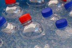 PET garrafas plásticas da água potável fria no gelo foto de stock royalty free