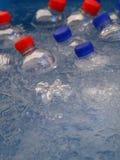 PET garrafas plásticas da água potável fria no gelo imagens de stock