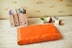 Pet o colchão com baldes e caixas no assoalho Imagens de Stock Royalty Free