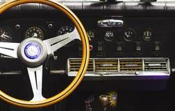 PETAH TIQWA, ISRAEL - 14 DE MAYO DE 2016: Interior del coche del vintage - volante con el logotipo y tablero de instrumentos en P imagen de archivo libre de regalías