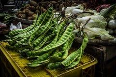 Petai eller den bittra bönan är en av lokal mat har stinkande anstrykning, och arom säljer i det traditionella marknadsfotoet som royaltyfri foto