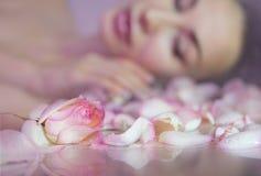 Petali di Rosa fresca e bocciolo di rosa rosa Fronte vago della donna con il clea fotografie stock libere da diritti