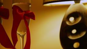 Camere Da Letto Romantiche Con Petali Di Rosa : Camera di albergo con i petali rosa a letto archivi video video