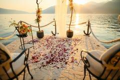 Petali di Rosa sul pavimento Tradizione di nozze di inondazione del newlywe Immagini Stock