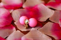 Petali ed orecchini rosa Immagini Stock Libere da Diritti