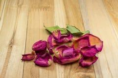 Petali rosa secchi su legno Immagini Stock Libere da Diritti