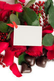 Petali, rose rosse e caramelle di rosa rossa in una forma di un cuore Immagine Stock