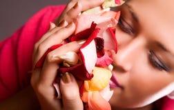 Petali sententi l'odore del fiore della donna Immagini Stock Libere da Diritti