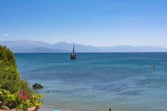 PETALIDI GREKLAND - AUGUSTI 13, 2017: Turister som tycker om havsresan på tappning, seglar skepp i den Petalidi byn, Grekland Royaltyfria Foton