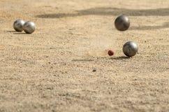 Petanque、比赛和体育与碰撞互相的铁球 免版税库存图片