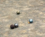 petanque球在沙子的在比赛期间 库存照片