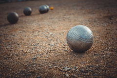Petanque-Bälle auf einer sandigen Neigung mit anderem Metallball Stockfoto