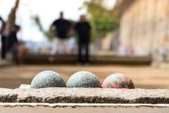 petanque ballen in openlucht met onscherpe spelers in Saint Malo, Frankrijk royalty-vrije stock fotografie