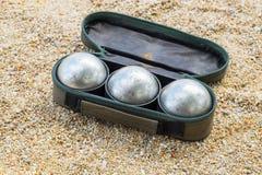 Petanque-Ballsatz in der Tasche auf dem Feld Stockfotos