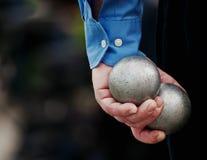 Petanque bollar som rymms i hand Royaltyfria Bilder