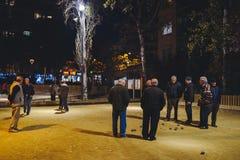 Petanque de jeu de personnes à Barcelone photos stock