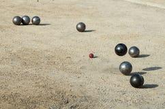 Petanque, jogo e esporte com as bolas do ferro que colidem um com o otro Foto de Stock
