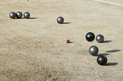 Petanque, juego y deporte con las bolas del hierro que chocan con uno a Foto de archivo