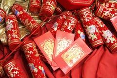 Petardos chinos de la celebración y sobre rojo Fotos de archivo libres de regalías