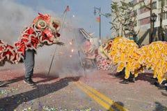 Petardos chinos del Año Nuevo durante 117o Dragon Par de oro Fotos de archivo