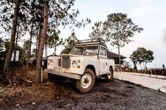 Petchaboon THAILAND - APRIL 15: Klassisk landRo för tappning 4x4 SUV Arkivbild