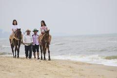 PETCHABURI TAILANDIA - 5 DICEMBRE: guida dell'ospite sulla parte posteriore del cavallo al ch Fotografia Stock