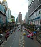 Petchaburi väg Bangkok vid dag arkivfoto