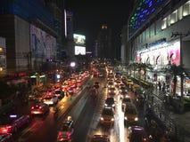 Petchaburi väg Bangkok vid natt Arkivbild