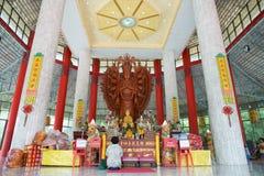 Petchburi/Thailand - Juli 29 2018: Stort Tusen-hand Guan Yin skulpterat trä i Thailand royaltyfria foton
