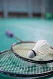 Peteca e raquete da bola do badminton no assoalho da corte Fotos de Stock