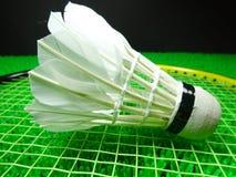 Peteca em uma raquete de badminton Imagens de Stock