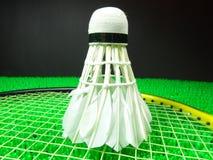 Peteca em uma raquete de badminton Fotos de Stock Royalty Free