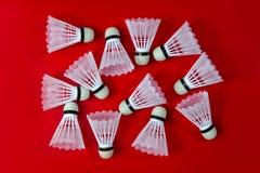 Petecas do badminton contra um fundo vermelho Foto de Stock