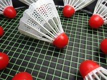 Petecas plásticas vermelhas na raquete de badminton Fotos de Stock Royalty Free