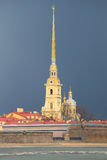 Peter και καθεδρικός ναός του Paul κάτω από τη νεφελώδη ημέρα Μαρτίου ουρανού ηλιόλουστη Πετρούπολη Άγιος Στοκ φωτογραφία με δικαίωμα ελεύθερης χρήσης