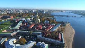 Peter και φρούριο του Paul, ημέρα Οκτωβρίου Άγιος εναέριο βίντεο της Πετρούπολης, Ρωσία απόθεμα βίντεο