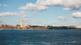 Peter και φρούριο του Paul πέρα από τον ποταμό Neva με τις βάρκες timelapse, Άγιος Πετρούπολη φιλμ μικρού μήκους