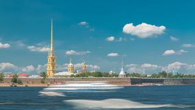 Peter και φρούριο του Paul πέρα από τον ποταμό Neva timelapse, Αγία Πετρούπολη, Ρωσία απόθεμα βίντεο
