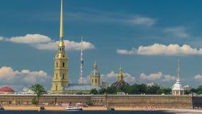 Peter και φρούριο του Paul πέρα από τον ποταμό Neva timelapse hyperlapse, Αγία Πετρούπολη, Ρωσία φιλμ μικρού μήκους