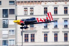 Peter Besenyei με την άκρη 540 N806PB Zivko που πετά πέρα από τον ποταμό Δούναβη στη Βουδαπέστη κεντρικός στη φυλή 2015 αεροπλοΐα στοκ φωτογραφίες
