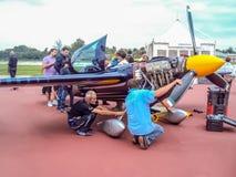 Peter Besnyei et son équipe de Red Bull de techniciens vérifient les anglais Image libre de droits