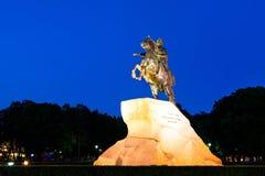 Peter das erste auf dem Pferd nahe Fluss Neva in St Petersburg Lizenzfreies Stockfoto