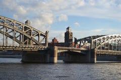 Peter der Große-Brücke am Abend Lizenzfreie Stockfotos