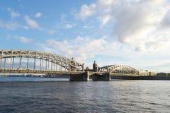 Peter der Große-Brücke am Abend Lizenzfreies Stockfoto