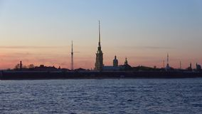 Peter e Paul Cathedral al crepuscolo dentro possono St Petersburg, Russia stock footage